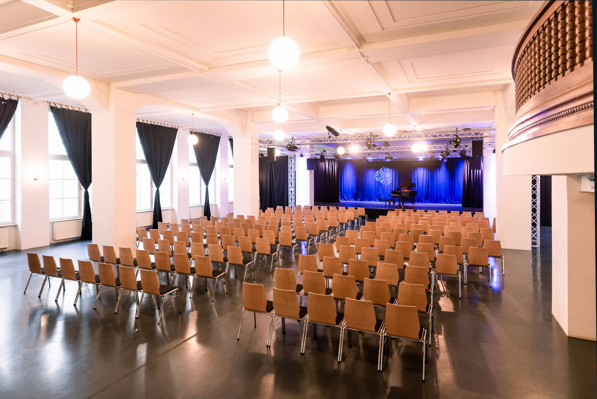 Die große Bühne mit beispielhafter Reihenbestuhlung. (Konrad Stöhr)