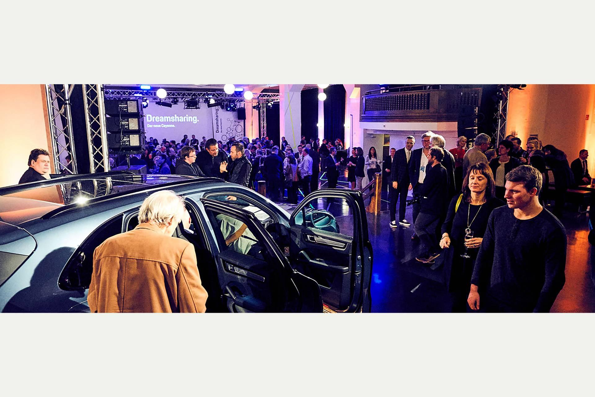 Der gesamte Raum eignet sich auch für Automobil-Präsentationen. Hier steht ein SUV auf der Fläche der kleinen Bühne. (Porsche Zentrum Leipzig)