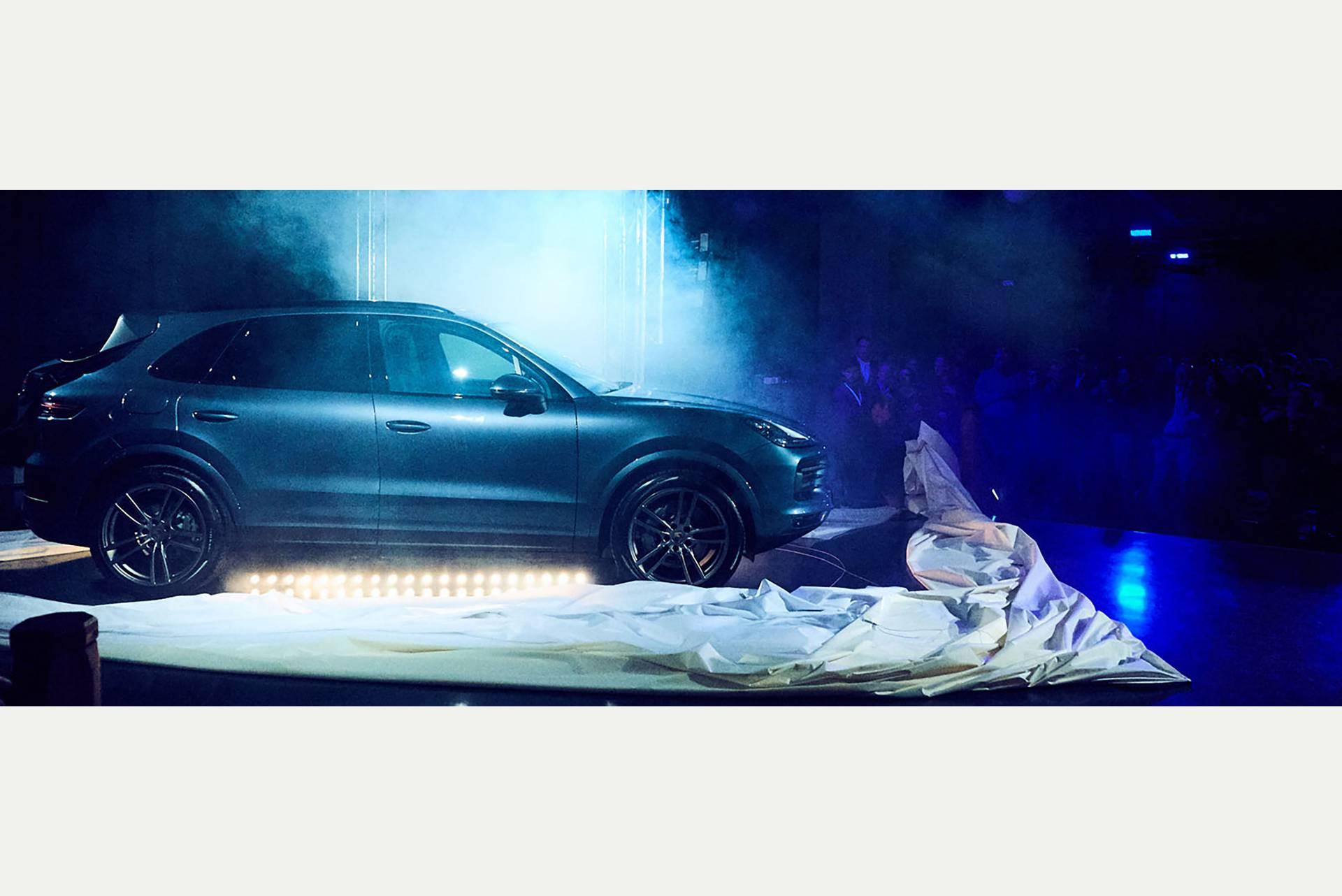 Sogar ein SUV findet Platz auf der Fläche der kleinen Bühne. (Porsche Zentrum Leipzig)